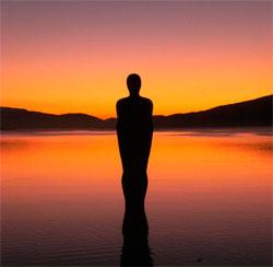 Skulpturen Havamannen ser mot solnedgangen i Mo i Rana. (Foto: Ann-Inger Babben Lind Aasen)