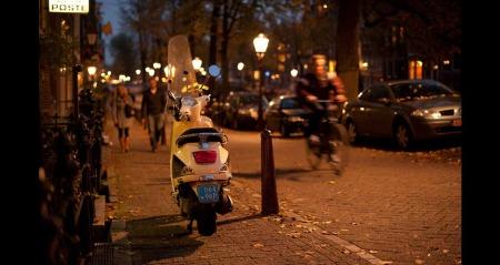 Et gatebilde fra Amsterdam tatt på kveldstid. Her er det opprinnelige bildet, slik kameraet fanget situasjonen. Litt gult og lite spennende, ifølge fotografen selv.  (Foto: Stian Schioldborg)