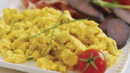 EGGERØRE: Eggerøre passer godt både til frokosten, lunsjen og   kveldsmaten i jula. (Foto: MatPrat/)