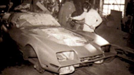 Her er arbeidet med å lage nettopp den annonserte bilen i gang. Hele prosessen og mye annet er omtalt i en egen bok, Styline Customs Chuck Miller, skrevet av Tony Swan.