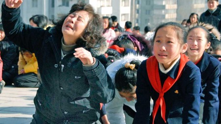 Folk gråter i Pyongyang (Foto: Reuters)