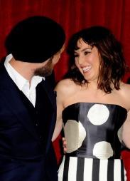 FLØRTET: Jude Law og Noomi Rapace flørtet vil på London-premieren av Sherlock Holmes. (Foto: Marc Larkin/LFI/Photoshot)