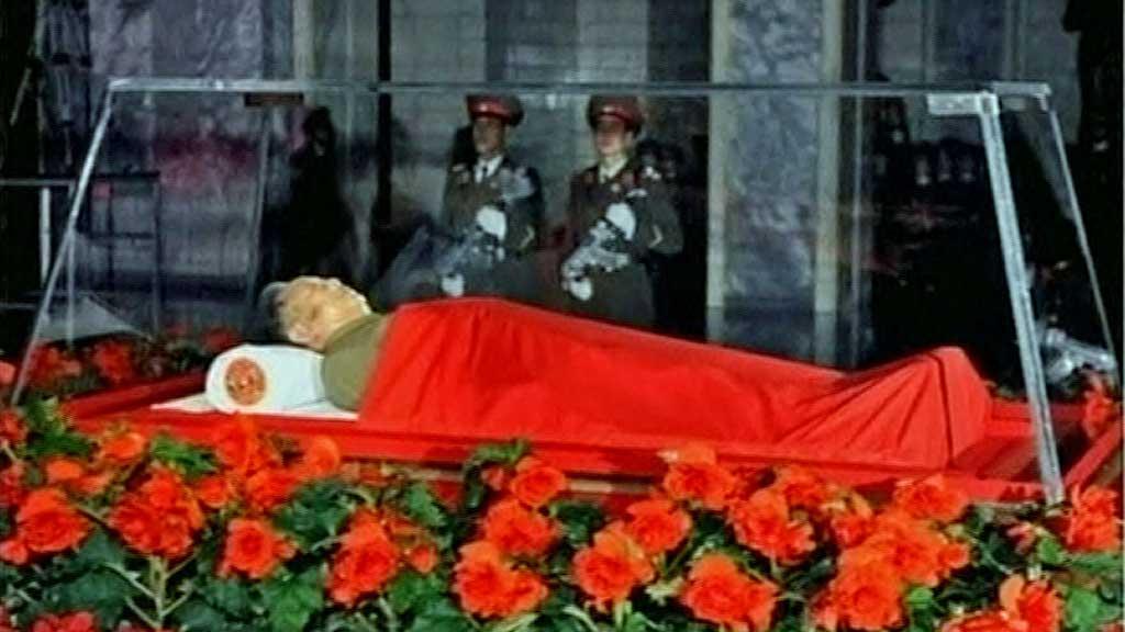 BOIKOTT: Flere land boikottet torsdag markeringen med ett minutts stillhet for Nord-Koreas avdøde leder Kim Jong-il i FNs hovedforsamling. Bildet er fra tirsdag, da Kim Jong-il lå på paradeseng i hovedstaden Pyongyang. (Foto: North Korean TV)