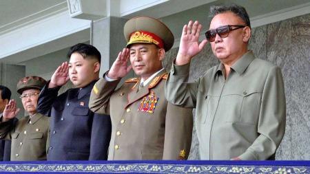 Kim Jong-un og Kim Jong-il flankert av militære (Foto: AP)