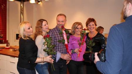 Her har NIls Gunnar og gjengen fått blomster av Se & Hør.  (Foto: Stine Raste Amundsen/ TV 2)