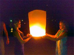 Amalie (t.h.) og søsteren Karoline(t.v.) sender opp en papirlykt på nyttårsaften. (Foto: Ågot Nilssen)