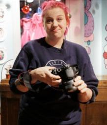 MOTEDESIGNER OG MAMMA: Fam Irvoll har designer klær, glass og   sengetøy, arrangert motevisninger, utstillinger og spilt inn film.