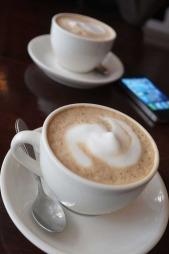 MOBILTRUSSELEN: Smarttelefoner er et fast invetar på kafeer. Uærlige kafegjester kan bruke telefonen til å hacke deg som har logget deg på et felles nettverk.  (Foto: illustrasjonsfoto)