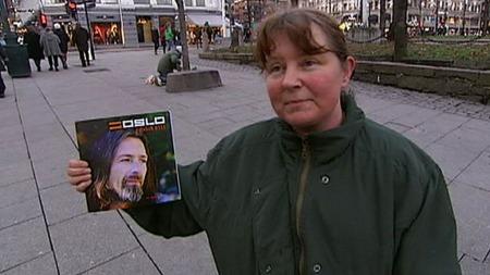 GIR TIL TIGGERNE: Anne-Brita Tangen er en av dem som legger penger i koppen. Hun forteller at hun ofte gir til tiggere. Hun kjøper også gatemagasinet =Oslo. (Foto: Ole E. Ebbesen / TV 2)