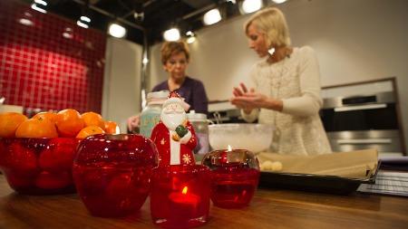 Wenche Andersen og Vår Staude lager julemat i Wenches kjøkken.   Et stemningsbilde med fokus på juleeffekter i front istedet for menneskene   bak. (Foto: Eivind Rohne / www.beyondtheice.)