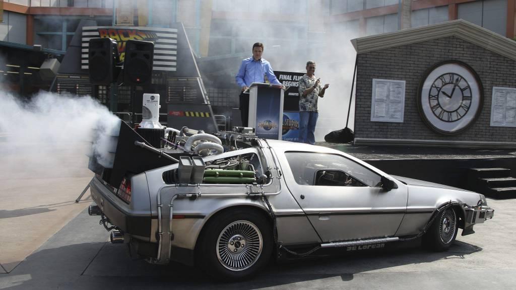 SOLGT: En lignende bil fra filmen Tilbake til Fremtiden III, basert på en DeLorean DMC-12, ble nylig solgt for et millionbeløp på en auksjon i California. (Foto: ROBYN BECK/AFP)