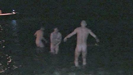 KALDE RUMPER: Sju personer fikk sitt diplom etter å ha badet naken i det iskalde vannet.  (Foto: Dan Celius / TV 2)