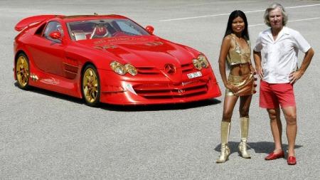 Her er ingeniør Ueli (t.h.) sammen med bilen den unge modellen - og med matchende røde sko for anledningen.