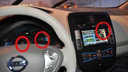 Det er kanskje ikke så lett å se, men inni sirkelen til venstre står det at giret står i ECO-modus for å kjøre mest mulig effektivt, sirkelen i midten viser antatt kjørelengde som gjenstår (44 km) og i sirkelen til høyre står avstanden til destinasjonen - i dette tilfellet 52 km...