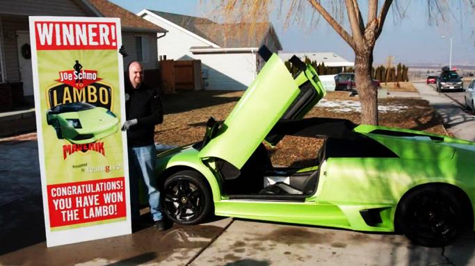 Her står David Dopp foran førstepremien i konkuransen Joe Schmo to Lambo. En Lamborghini Murcielago LP640 Roadster. Noen timer senere hadde han krasjet millionbilen... (FOTO: YouTube.com)