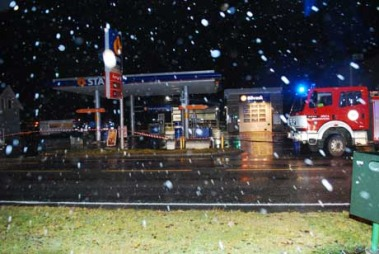 REV MED BENSINPUMPE: Ved denne bensinstasjonen i Ørsta på Sunnmøre skal ekstremværet ha revet med seg en bensinpumpe. Politiet har sperret av området i frykt for lekkasje.  (Foto: Kjell Arne Steinsvik / Møre-Nytt)