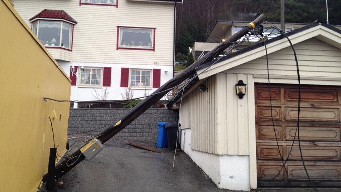 UTEN STRØM: Store deler av Sogn og Fjordane og Møre og Romsdal er uten strøm. Her har en strømstolpe veltet i Ålesund.  (Foto: Arne Rovick / TV 2)