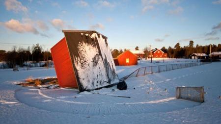 VELTET KIOSK I HEDMARK: Sunnmøre og Sogn og Fjordane ble hardest rammet av «Dagmar». Men også på Østlandet fikk man merke naturkreftene. Denne kiosken ved en fotballbane på Drevsjø måtte gi tapt for vinden.  (Foto: Jørn Kristensen)