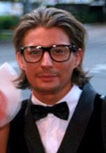 STYLIST: Erlend Elias Bragstad mener at man skal holde seg til en enkel t-skjorte når man skal bruke den på fest.