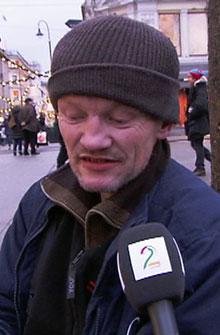 SELGER JULEMAGASIN: Knut Olav Burud-Johannessen (52) sitter på gaten i Oslo. Han tigger for å få penger til å kjøpe gatemagasinet =Oslos julebok slik at han kan tjene penger på det i stedet. (Foto: Arve Solheim / TV 2)