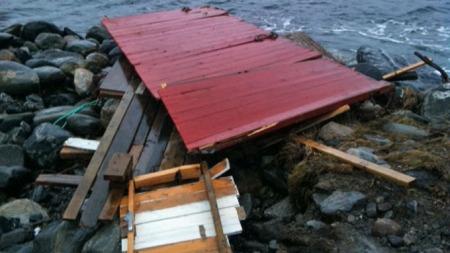 KNUST NAUST: Dette er restene etter et naust i Hessa i Ålesund. Naustet ble knust til pinneved og flyttet 200 meter. Båten som var plassert inne i naustet ble funnet 500 meter unna.  (Foto: Sindre Olsen / TV 2)