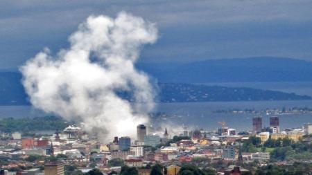 BOMBEN GÅR AV: Dette bildet er tatt bare seks minutter etter at bomben gikk av i Oslo sentrum. (Foto: Thomas Hardang Eilertsen )