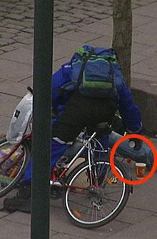 TIGGER GIR: Denne mannen tigger selv penger, men velger å gi det lille han har til TV 2s reporter. (Foto: Ole E. Ebbesen / TV 2)