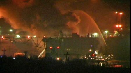 BRANN I ATOMUBÅT: Det begynte rosdag å brenne i en atomubåt som er trekt på land i et skipsverft i Murmansk.