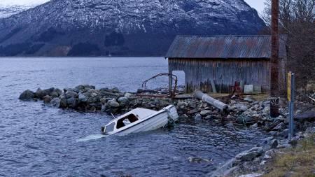 STORE SKADER: Norddal er blant kommunene i Sunnmøre som har vært utsatt for uværet og stormen Dagmar. Både båter og bygninger har blitt ødelagt. (Foto: Runar Andersen/Scanpix)