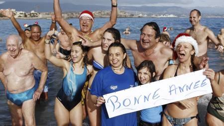 NYTTÅRSBAD: At det berre var 14 grader i sjøen stoppa ikkje badeglade franskmenn i å starta 2012 med eit bad i Middelhavet. (Foto: SEBASTIEN NOGIER/Afp)