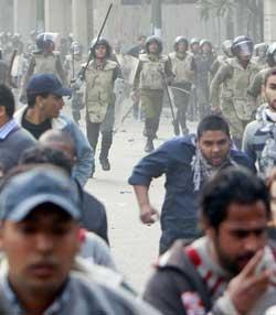 Tharir-plassen demonstranter 250px (Foto: Reuters)