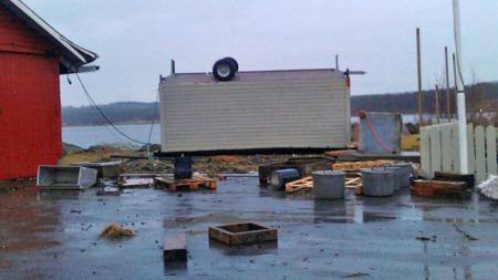 Vinden tok henger hos småbåthavn i Vestnes. (Foto: Tipsebilde: Mareno Nakken)