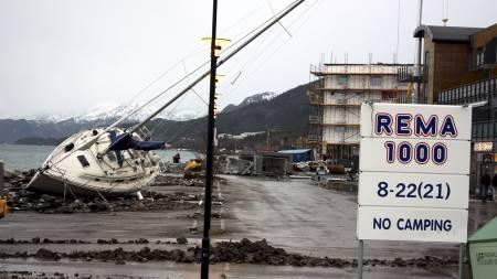 KASTET PÅ LAND: En stor seilbåt ble kastet opp på en parkeringsplass ved Rema 1000 vest for Molde sentrum under stormen Dagmar. (Foto: Herskedal, Kjell/Scanpix)