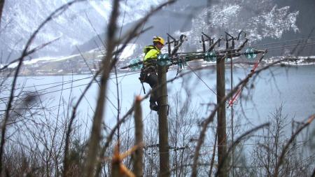 BERØMMES: SStoltenberg rettet en takk til alle som har bidratt til å reparere og begrense skadene etter uværet i julen. Her repareres høyspentlinjen over Sognefjorden. (Foto: SCANPIX)
