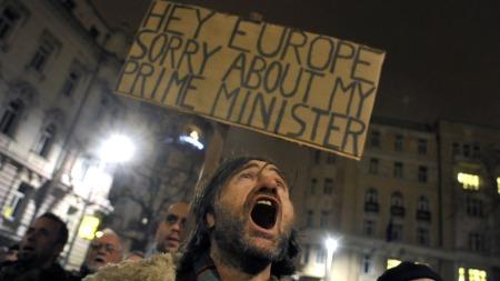 BEKLAGER: Demonstrantene er flaue over statsministerens udemokratiske   endringer. (Foto: Ap)