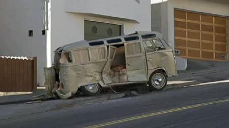 Dette svir langt inn i sjelen å se. Men i 1972 var dette bare en ti år gammel og utslitt varebil uten verdi - og den bød i hvertfall på god underholdning i sitt triste sorti. Foto: Imcdb.org