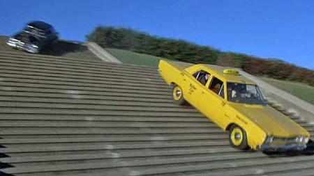 Regissør-geniet Peter Bogdanovic regnet trolig ikke med å få tillatelse til å kjøre ned trappene i Alta Plaza park, så han lot klokelig være å spørre. Spesielt så det ut til å være et sjansespill med den lange og høye Cadillac-limoen, og skadene på trappetrinnene kan visstnok sees den dag i dag. Foto: Imcdb.org