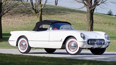 Cabriolet uten den helt store regntettheten, manglende utvendige dørhåndtak og sideruter av knappetelt-typen sto ikke i stil med den høye prisen da Chevrolet Corvette debuterte i 1953. Men i ettertid er de 300 produserte blitt meget gode investeringer. Photo courtesy of RM Auctions