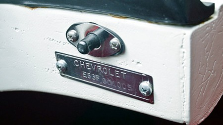 Arbeiderne på GMs håndarbeids-avdeling hadde bare rukket å tørke svetten etter å ha balet med glassfiber-Corvetten til Motorama-utstillingen i januar 1953 før beskjeden kom om at bilen skulle settes i serieproduksjon. Dermed ble det mye grov finish og