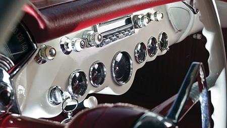 Dashboardet i den opprinnelige samt den første faceliften av C1-generasjonen må være noe av det vakreste i hele bilhistorien. Spesielt lettlest er det ikke, men du verden for en show-faktor. Photo courtesy of RM Auctions
