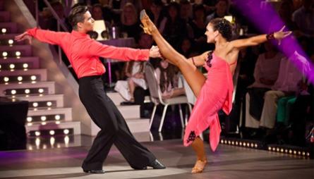 GLITTER OG PALJETTER: Under Skal vi Danse måtte Atle få hjelp   av stylist for å finne frem til de glamorøse danseantrekkene. Vansligvis   finner han alle antrekkene sine selv.