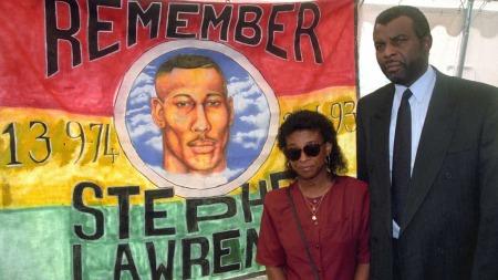 FORELDRENE: Stephens foreldre, Doreen og Neville Lawrence, har kjempet en lang kamp for å få sønnens drapsmenn dømt. Her avbildet i 1995. Da førte de et privat søksmål mot fire menn for drapet.  (Foto: Pa Photos)