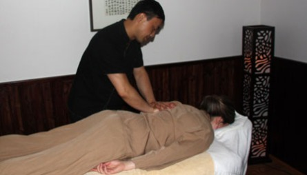 MED PYSJ: Kinesisk Tui Na-massasje er perfekt for deg som ikke   ønsker å ta av deg klærne ved massasje. Her blir du massert mens du har   på deg en myk, pysjlignende drakt.