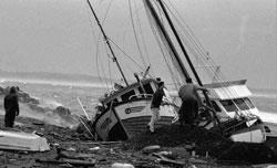 Folk forsøker å redde fiskebåter og småbåter i Molde 1. januar 1992. (Foto: Kjell Herskedal / SCANPIX)