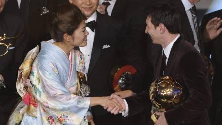 VINNERE: Årets spiller for kvinner og menn, Homare Sawa og Lionel Messi, gratulerer hverandre. (Foto: FRANCK FIFE/Afp)