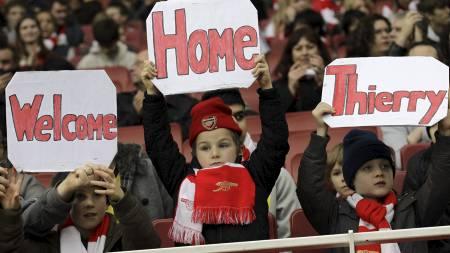 ØNSKET TILBAKE: Thierry Henry ble ønsket velkommen tilbake til Arsenal av fansen foran kampen mot QPR. (Foto: Sang Tan/Ap)
