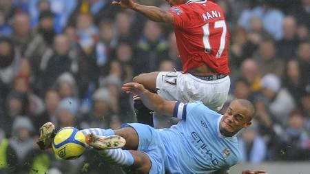 Manchester City-kaptein Vincent Kompany fikk rødt kort etter denne taklingen på Nani. (Foto: ANDREW YATES/Afp)