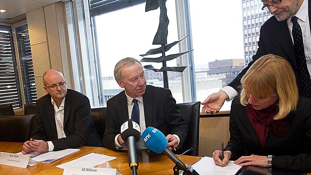 I 2010 undertegnet kulturminister Annniken Huitfeldt og TV 2-sjef Alf Hildrum TV 2-avtalen.