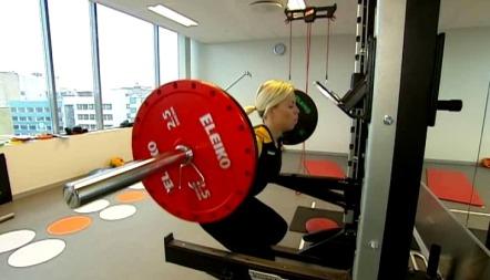 TRENER HELE KROPPEN: Sporty-ekspert Anne Marte Handal Sneve demonstrerer riktig løfteteknikk for knebøy, den ultimate styrkeøvelsen som trener hele kroppen. (Foto: Frode Sunde)