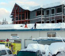 Alle som kan hjelper til med snøryddingen. (Foto: Ap)